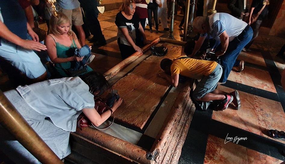 Fieles en el Santo Sepulcro, en Jerusalén