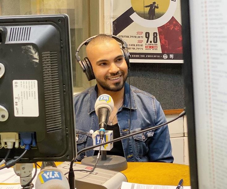 El cantante israelí musulmán Amir Abu durante una entrevista radiofónica