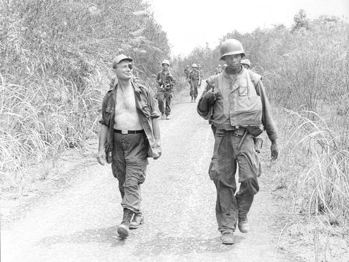 Dayan marchando por la jungla vietnamita junto a soldados estadounidenses