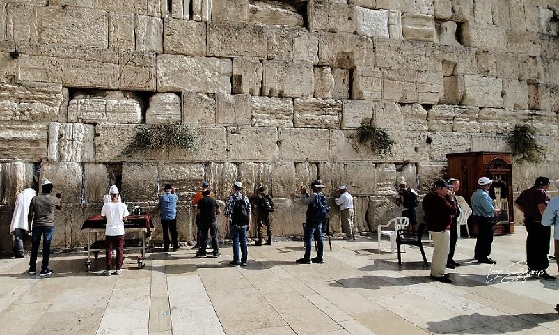 Rezando en el Kotel, el Muro de los Lamentos, en Jerusalén