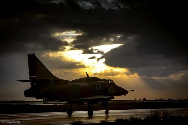La silueta de un A-4 Skyhawk recortada contra el atardecer