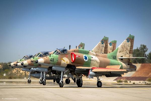 Un grupo de A-4 Skyhawk de la Fuerza Aérea israelí esperando para salir a volar