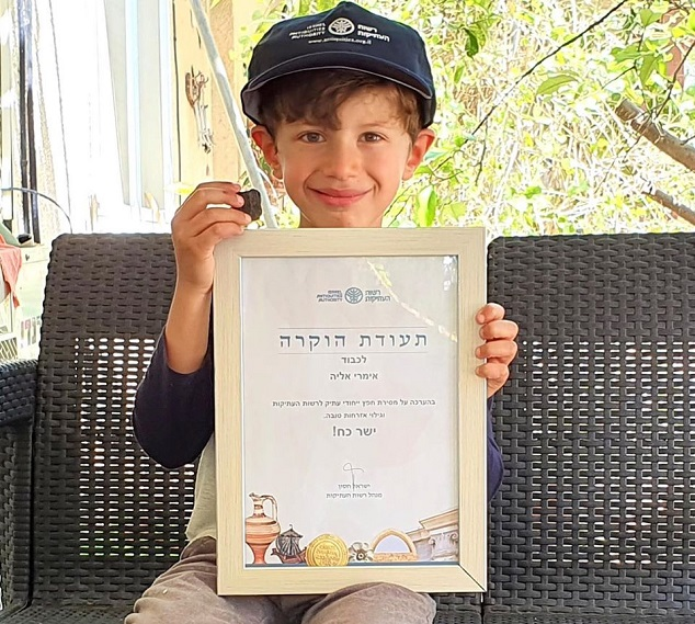 Imri Elya, el niño israelí de 6 años que descubrió una antigua tablilla cananea de la Era de Bronce