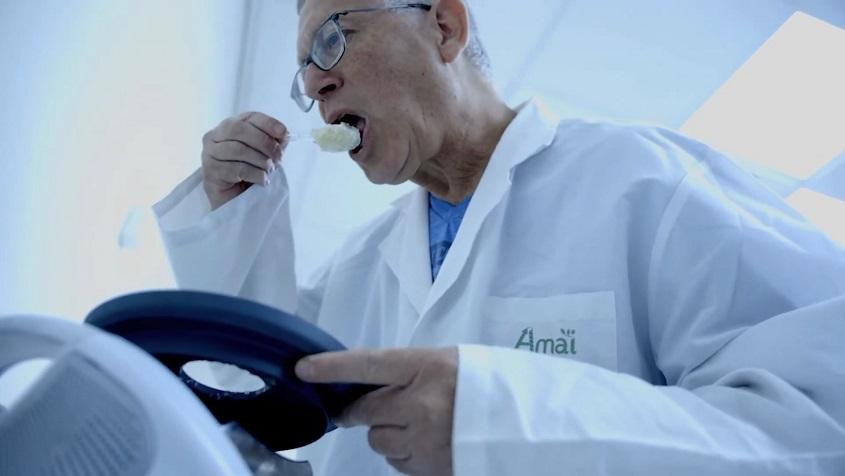 Científico trabajando en los laboratorios de Amai