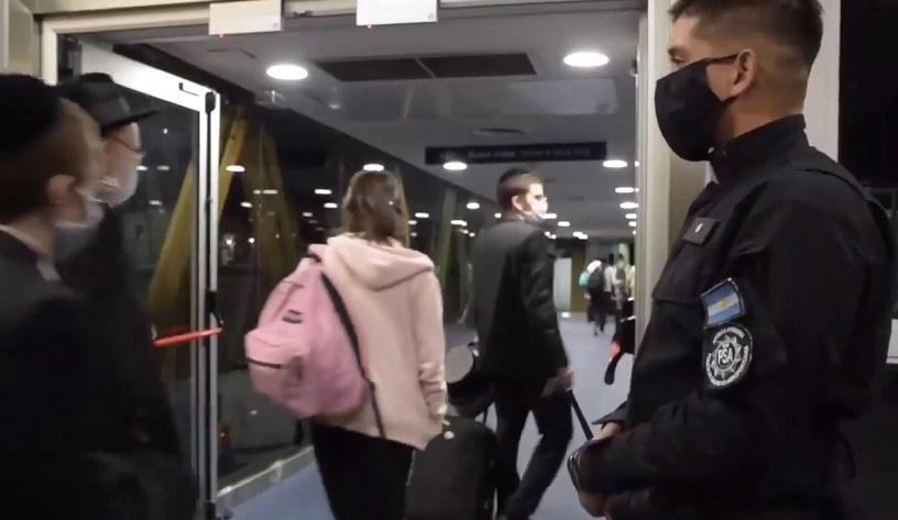 La llegada y partida del vuelo de El Al a Buenos Aires se llevaron a cabo bajo un estricto operativo de seguridad