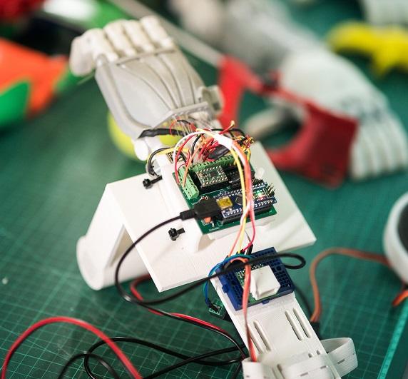 Detalle de una de las prótesis de manos impresas en 3D por estudiantes del Technion y distribuidas de manera gratuita entre niños de Israel y la región