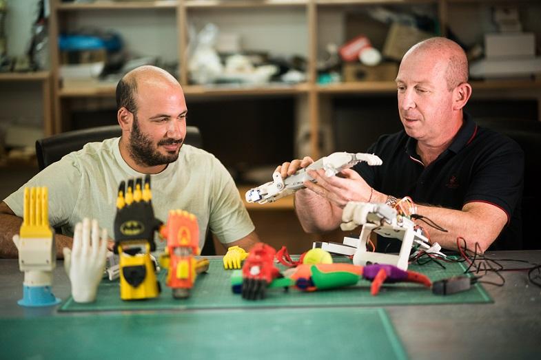 El profesor Alon Wolf, quien encabeza el laboratorio del Technion que produce prótesis de manos gratuitas para niños de Israel y de la región