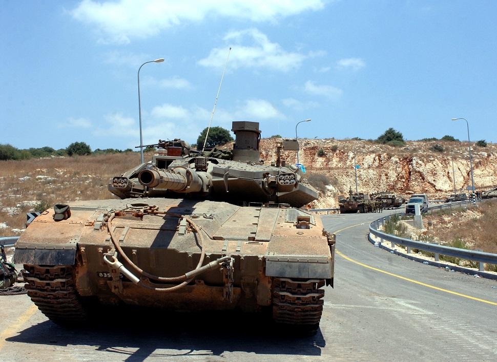 Tanques Merkava en una carretera del norte de Israel en el 2006