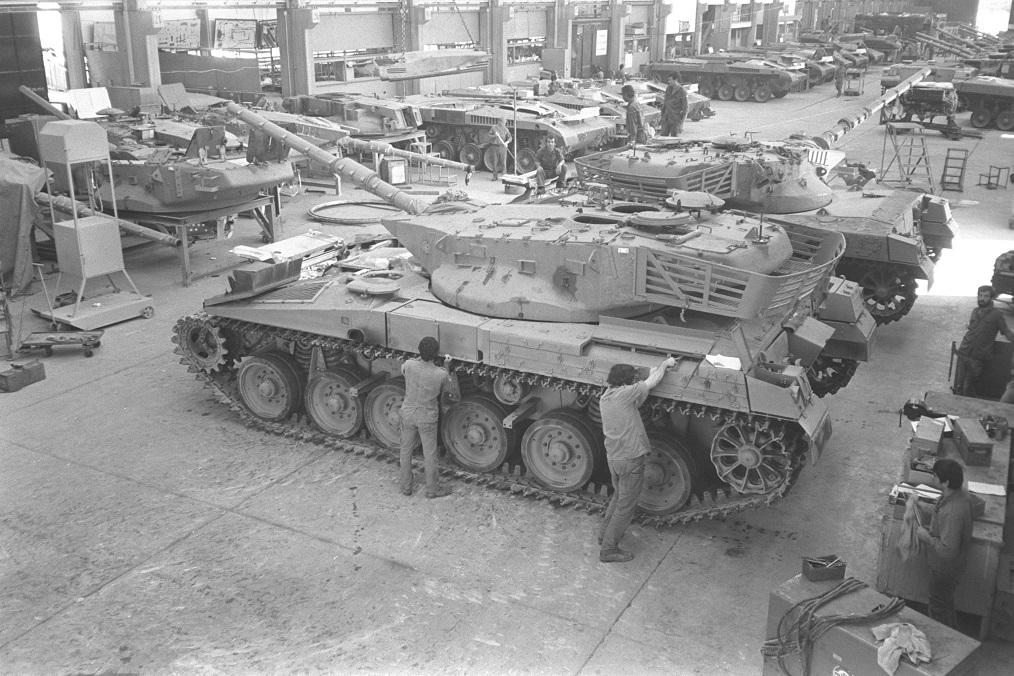 Una línea de producción de tanques Merkava en 1980