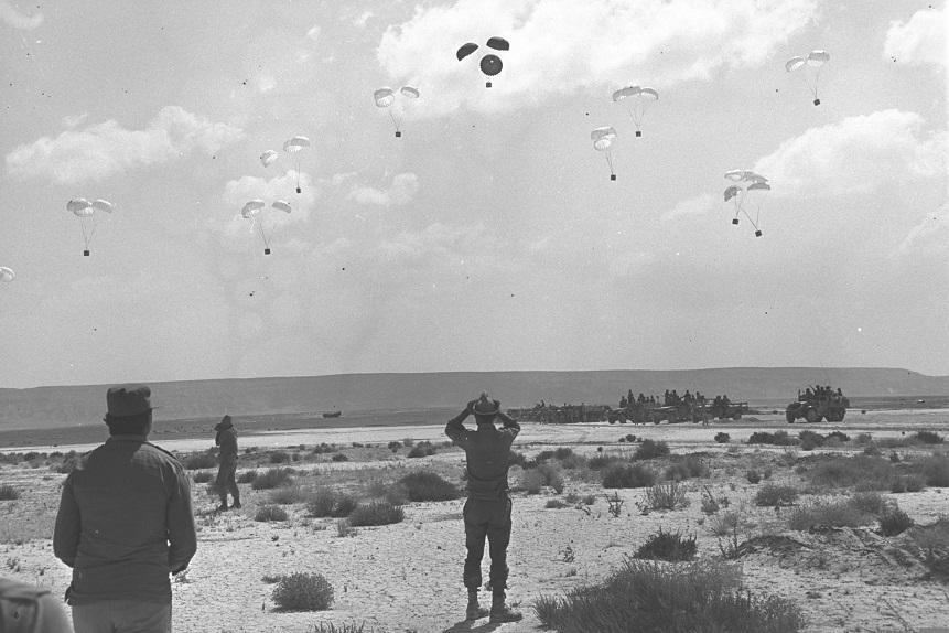 Aviones israelíes lanzando provisiones en paracaídas para las fuerzas en el Sinai