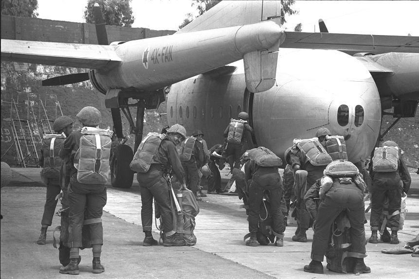 Paracaidistas israelíes esperando para subir al avión de transporte