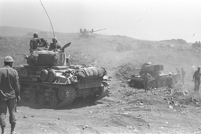 Tanques israelíes avanzando sobre las Alturas del Golán