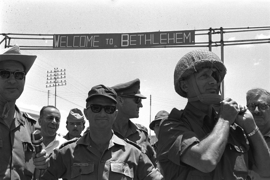 Moshé Dayan en la entrada a Belén