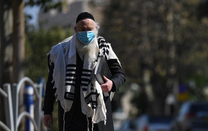 Un residente de Bnei Brak camina por las calles vacías durante la cuarentena por la pandemia de coronavirus.