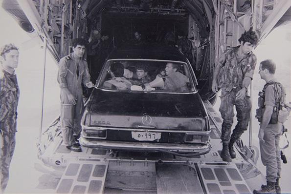 Comandos israelíes en uno de los automóviles utilizados durante la Operación Entebbe