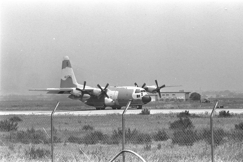 Uno de los aviones Hércules trayendo de regreso rehenes desde Entebbe, aterriza en el aeropuerto Ben Gurion