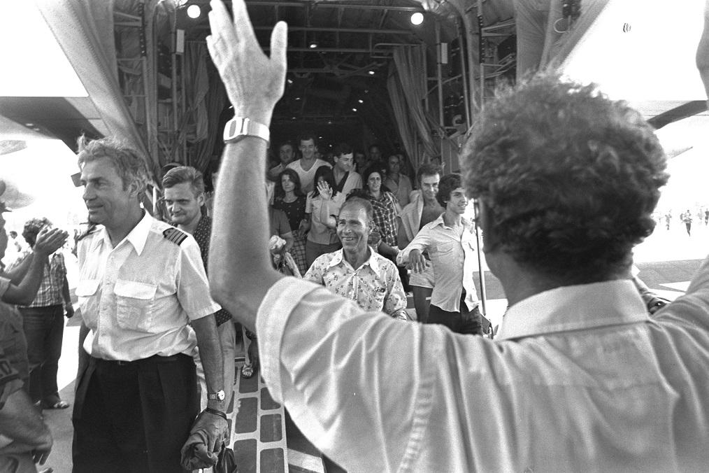 Algunos de los rehenes y Michel Bacos, el capitán del avión de Air France, volviendo a Tel Aviv
