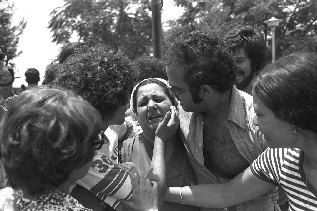 Rehenes se reencuentran con sus familiares en Tel Aviv después de haber sido rescatados por comandos israelíes en el aeropuerto de Entebbe