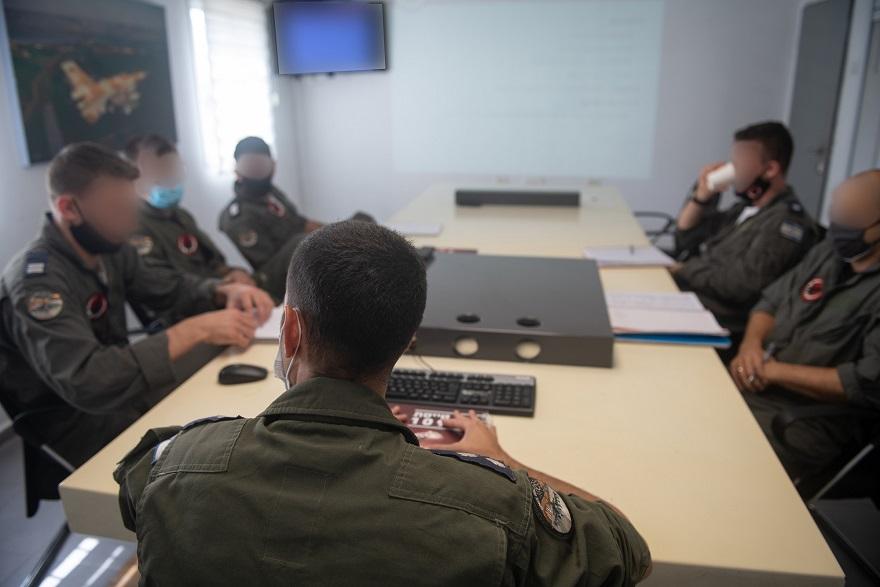 Una reunión en la base del escuadrón