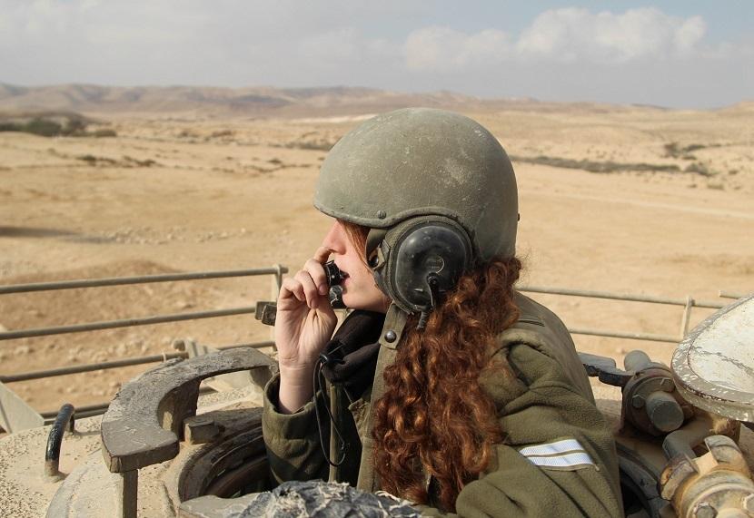 Una instructora de una división de tanques