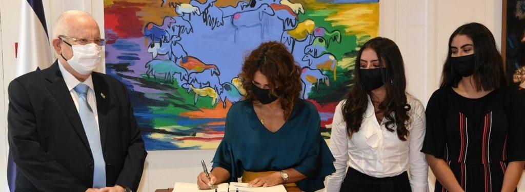Rivlin y la embajadora colombiana com sis hijas