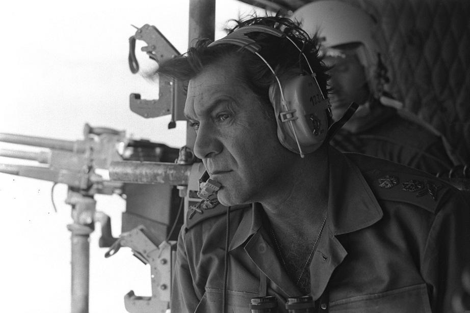 El comandante general de las FDI en 1973, David Elazar, a bordo de un helicóptero y rumbo al Sinai durante la Guerra de Yom Kipur