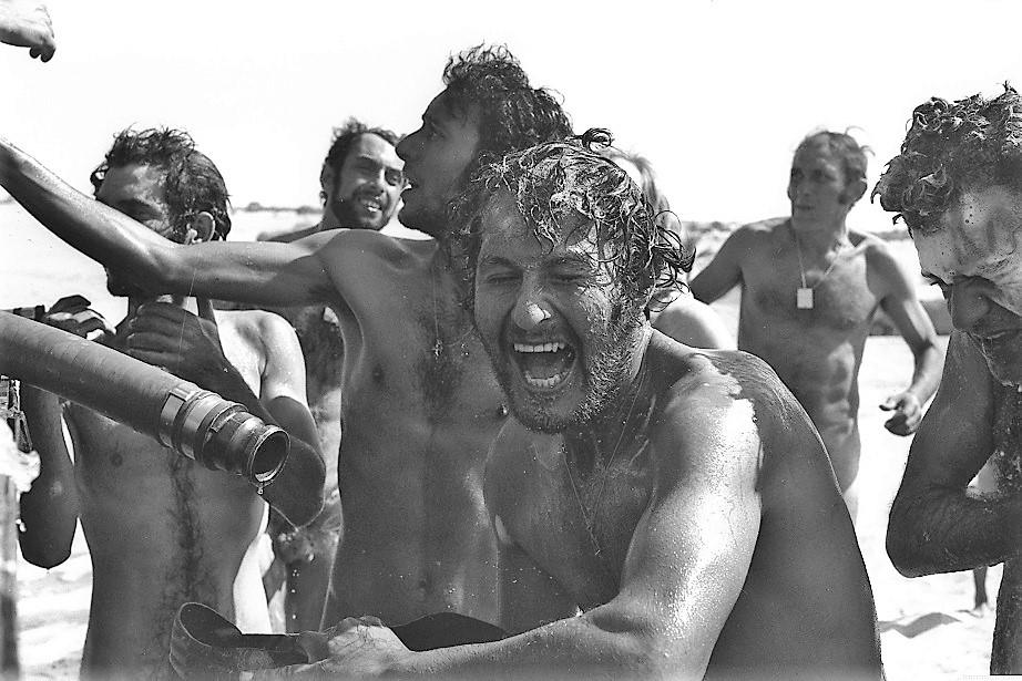 Soldados israelíes disfrutando un baño durante la Guerra de Yom Kipur