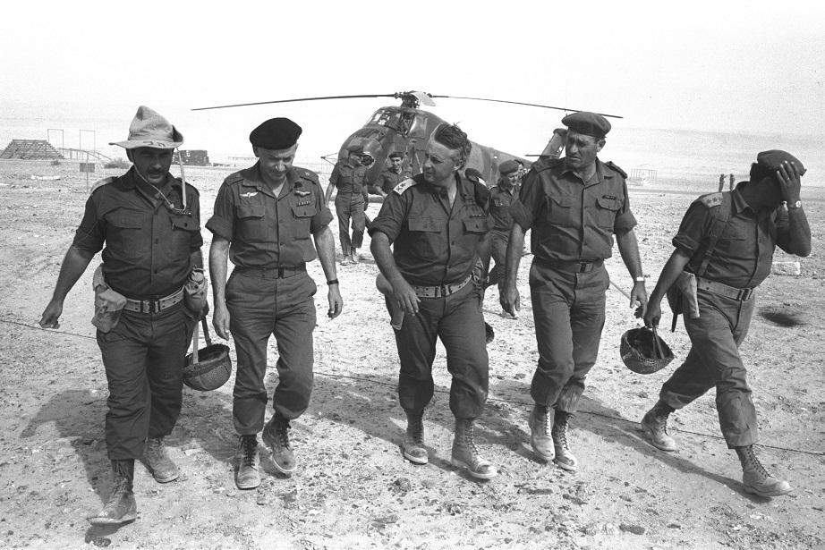 Ariel Sharon llegando al Negev en helicóptero pocos días antes de la guerra de 1967