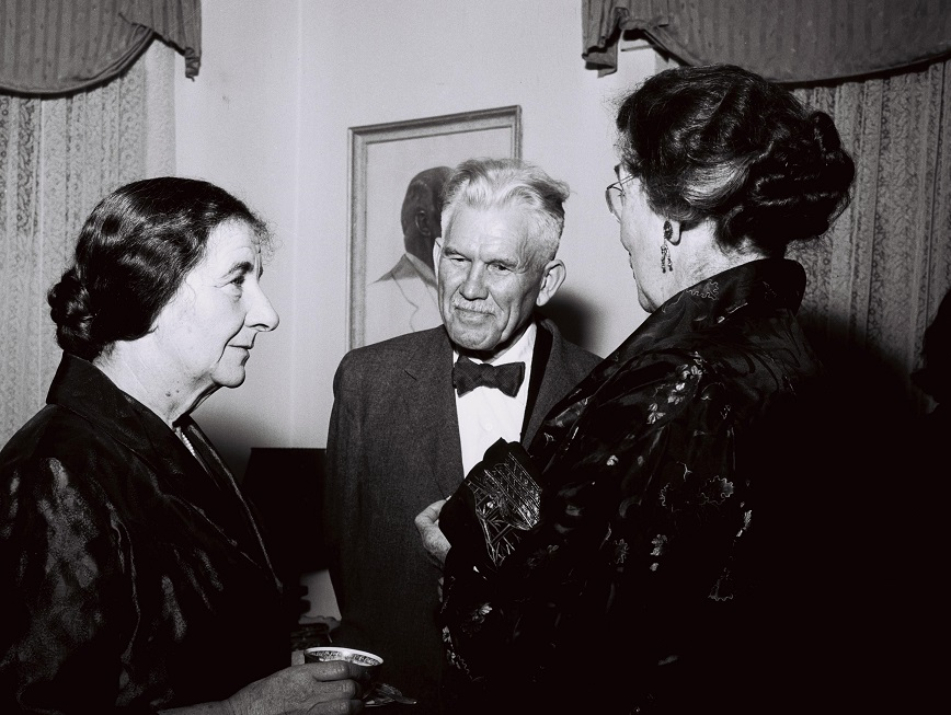 La entonces ministra de Exteriores, Golda Meir, en 1956