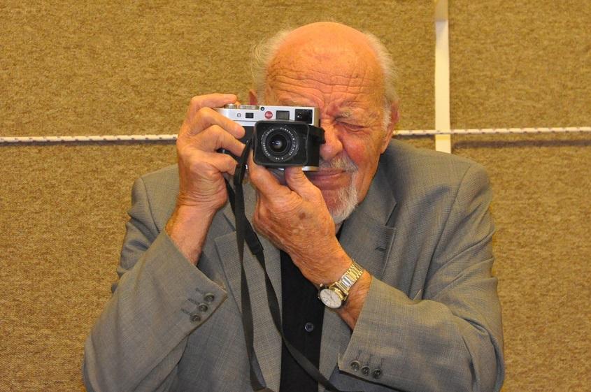 David Rubinger, con su cámara Leica, en el 2011