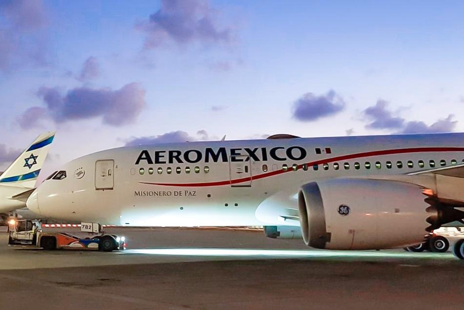 El avión de Aeroméxico en el aeropuerto de Tel Aviv tras su histórico primer vuelo a Israel
