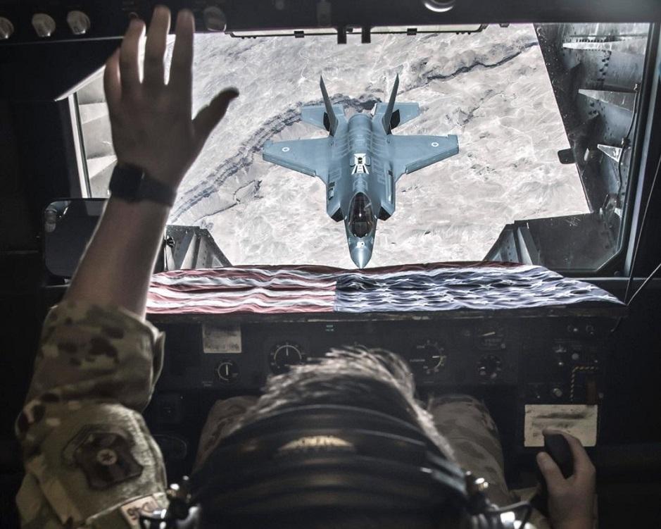 Un F-35I Adir israelí, visto desde un F-35 estadounidense