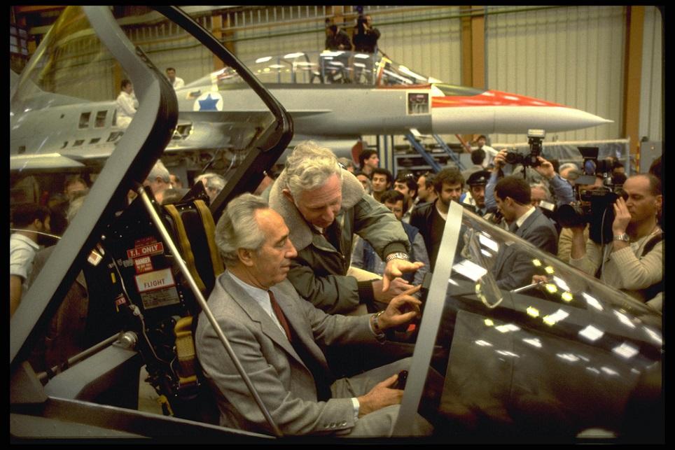 El entonces primer ministro de Israel, Shimon Peres, a bordo de un Lavi