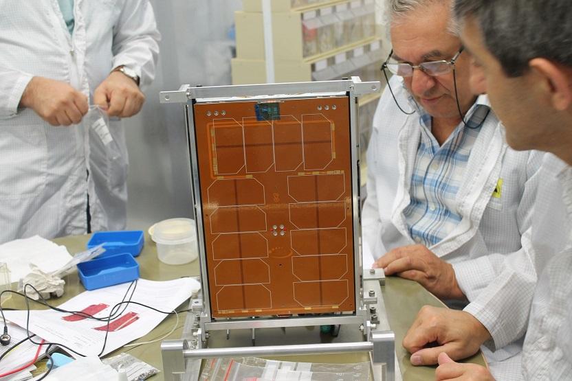 Expertos del Instituto Asher de Investigaciones Espaciales, trabajando en el receptor electrónico