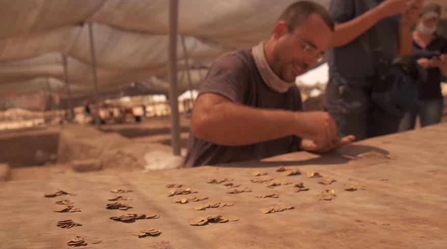 Clasificando las monedas de oro halladas por los arqueólogos aficionados en Israel