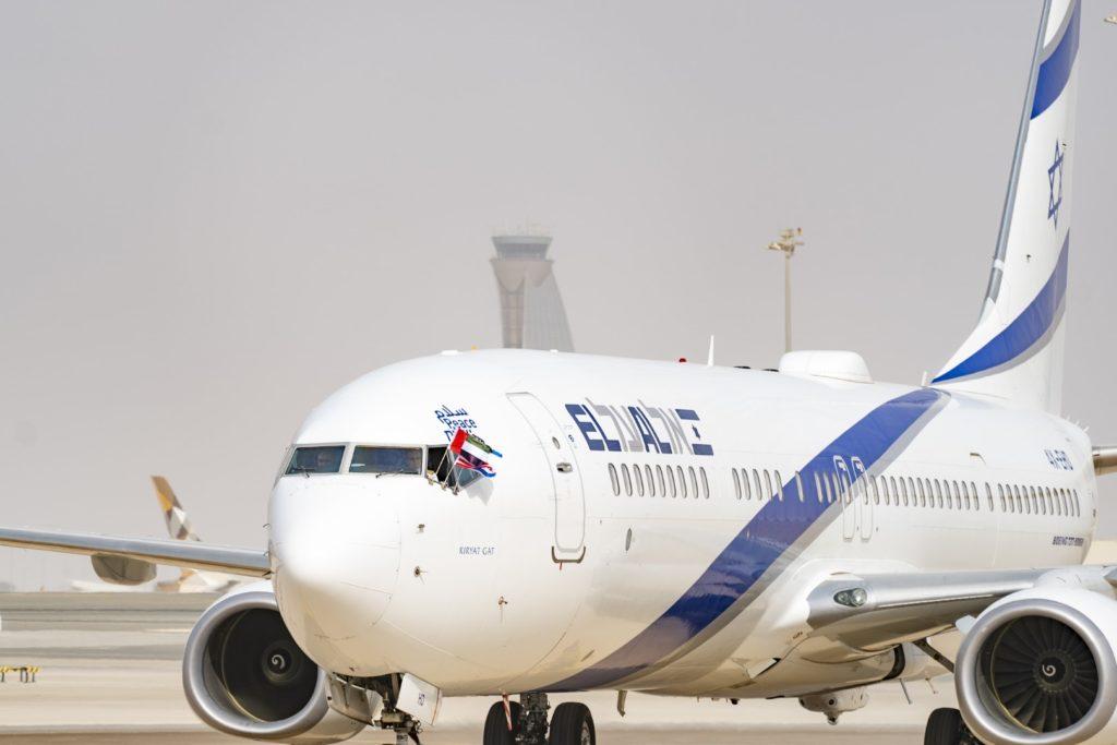 El avión de El Al llegando al aeropuerto de Abu Dhabi