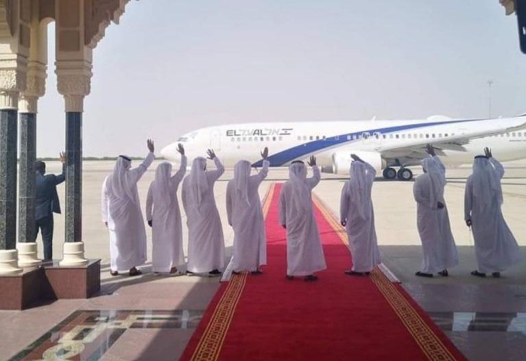 Funcionarios emiratíes despidiendo el vuelo de El Al desde Abu Dhabi