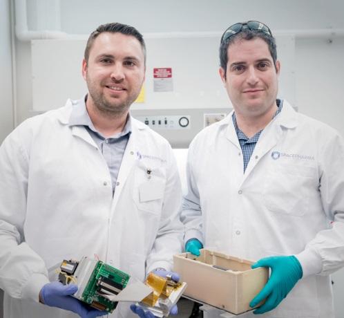 Técnicos de SpacePharma trabajando en un nano satélite