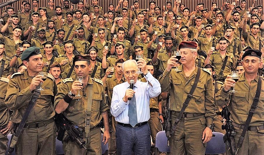 Shimon Peres brindando con soldados