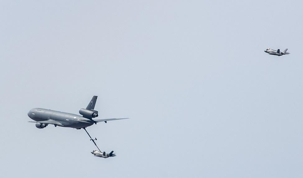 Avión recargando combustible