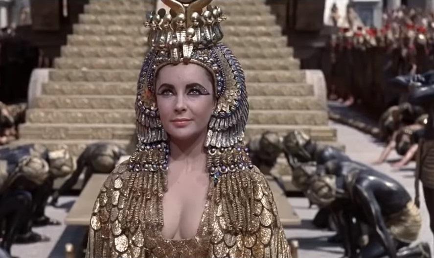 Liz Taylor como Cleopatra