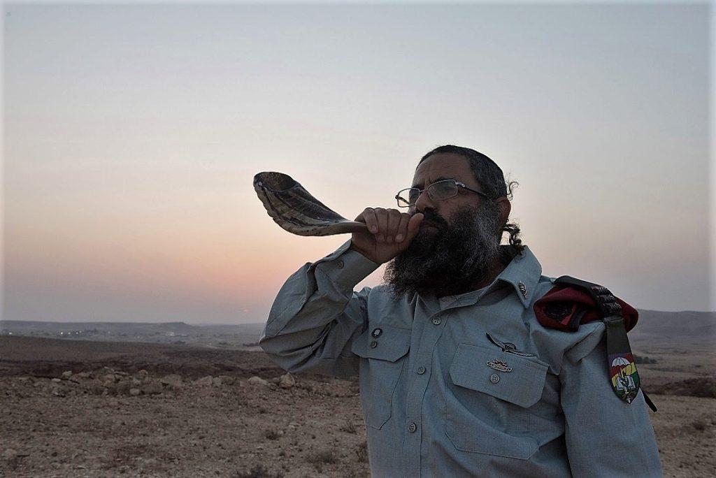 Soldado ortodoxo con shofar